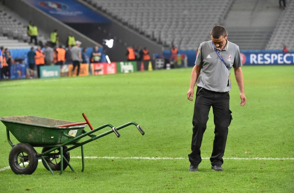 Im Stade Pierre-Mauroy in Lille muss der Rasen noch ein wenig gepflegt werden. Am Sonntag spielt hier die DFB-Elf. Foto: AFP