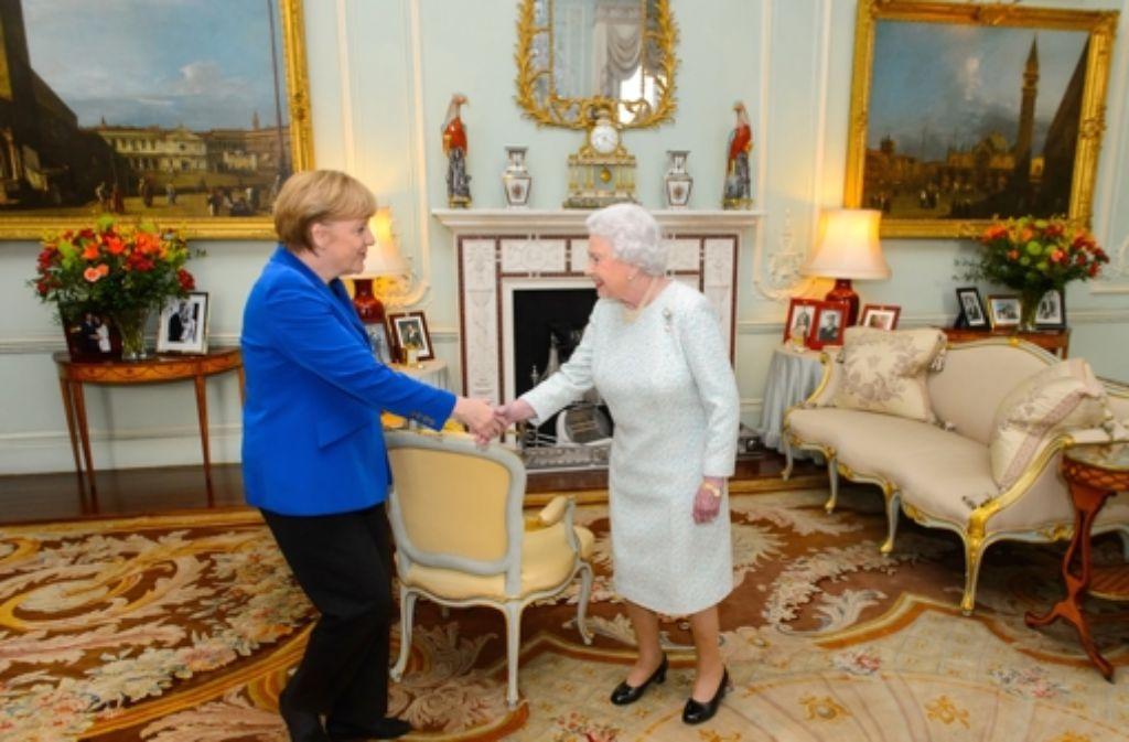 Ein kleiner Knicks, eine angedeutete Verbeugung und dann ein Händeschütteln: Angela Merkel hat die Queen formvollendet begrüßt. Foto: Getty Images Europe
