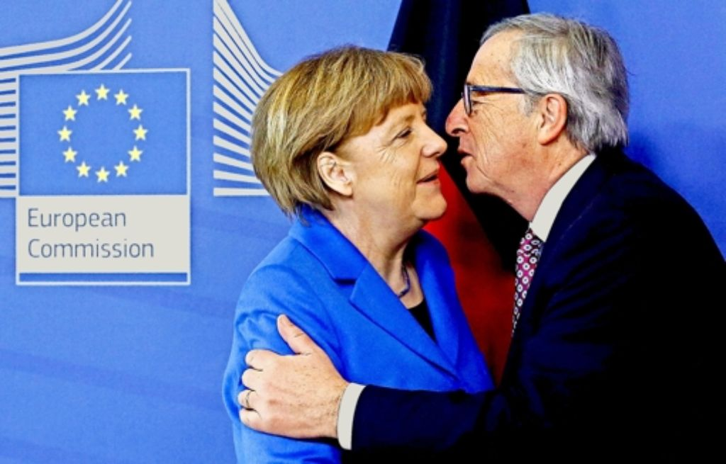Die Kanzlerin in Brüssel: Küsschen zur Begrüßung von Jean-Claude Juncker Foto: dpa