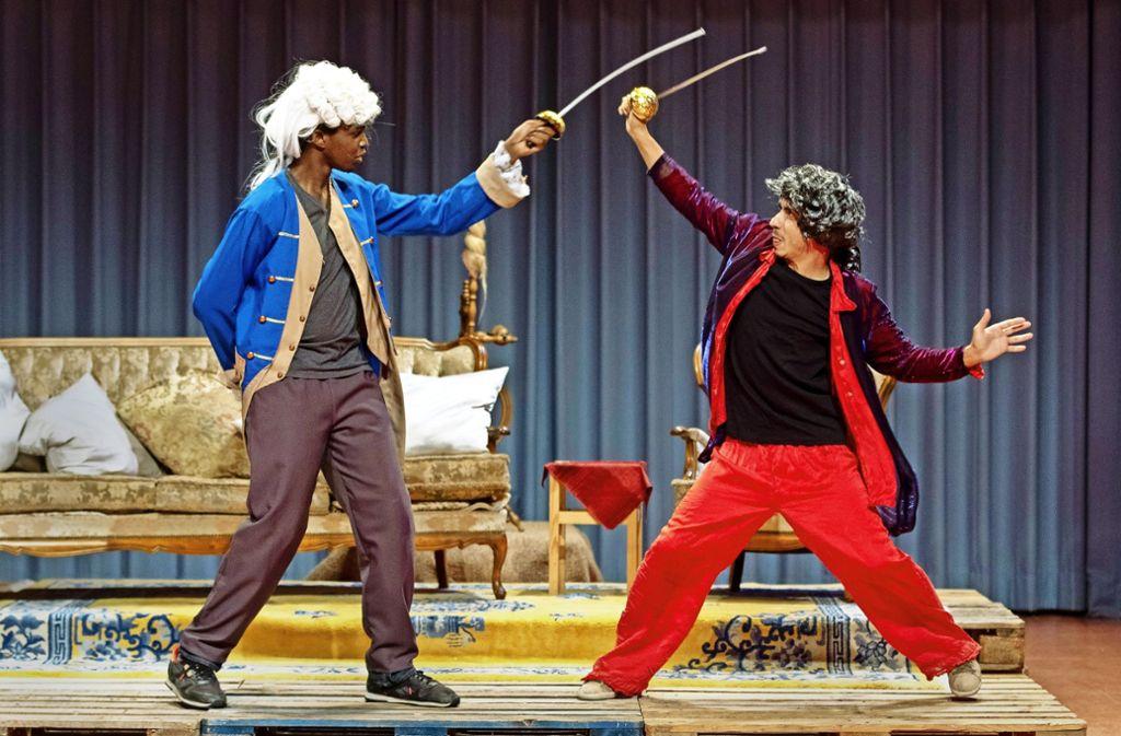 Musa Kaiser (links) und Basher Alsaho in einer Szene des Molière-Stücks Foto: Frank Eppler