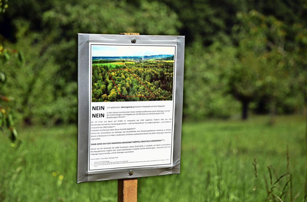 """Protest mit doppeltem """"Nein"""" gegen einen Bestattungswald auf dem Käppele Foto: Horst Rudel"""