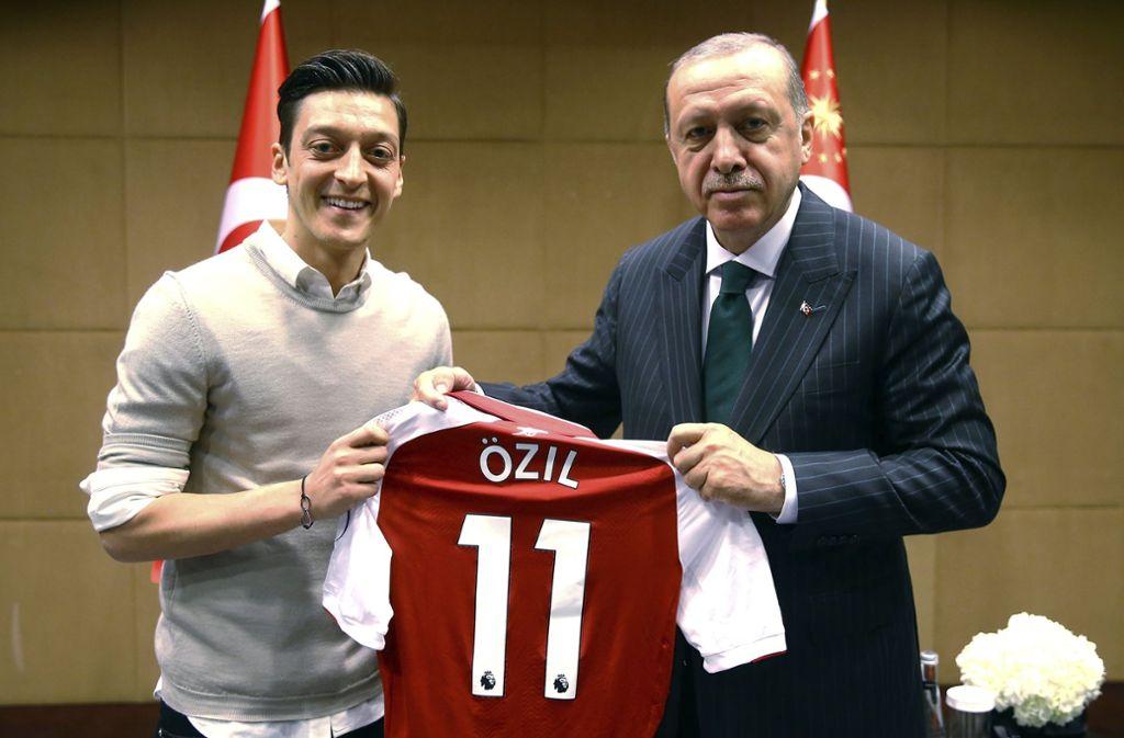 Das Foto von Nationalspieler Mesut Özil (li.) mit dem türkischen Staatschef Recep Tayyip Erdogan war Anstoß einer heftigen Debatte rund ums deutsche Nationalteam. Foto: dpa
