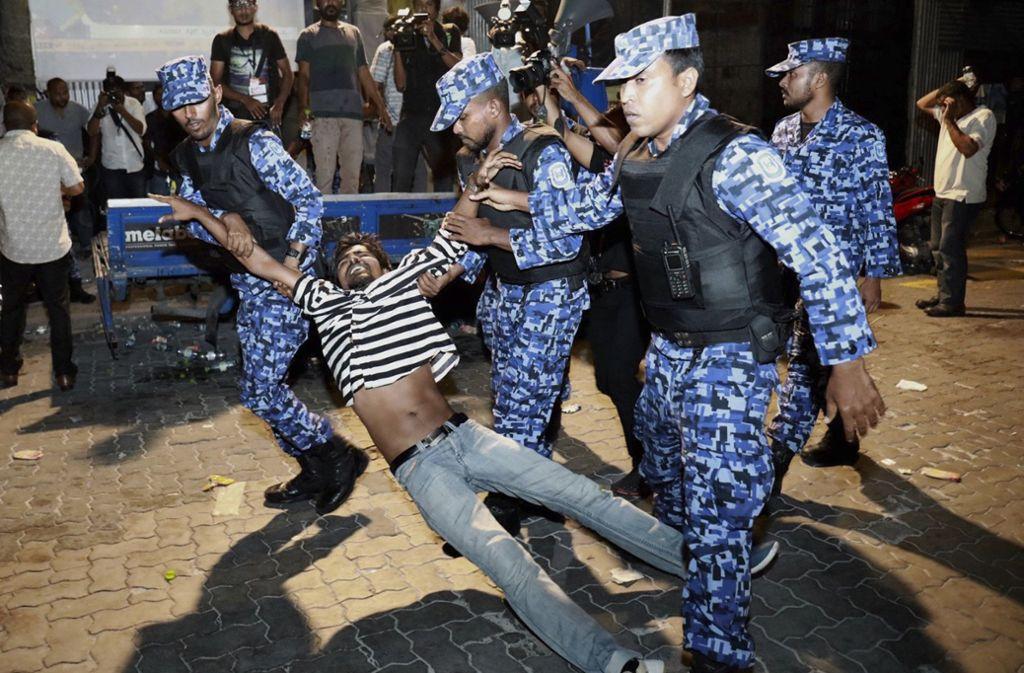 Polizisten verhaften einen Demonstranten in Malé Foto: AP