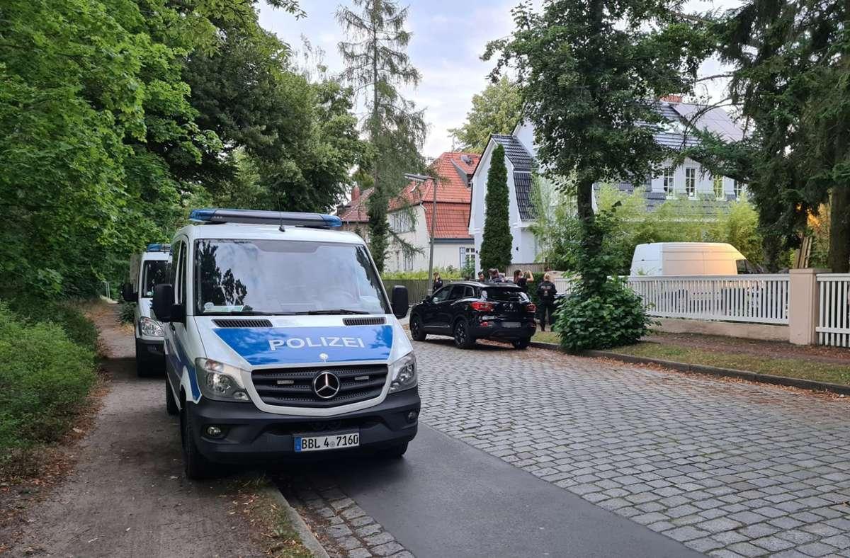 Ein Polizeiauto steht in Wannsee in der Nähe zur Stadtgrenze zu Potsdam. In diesem Bereich hatte am Abend eine Festnahme stattgefunden. Foto: dpa/Julian Stähle