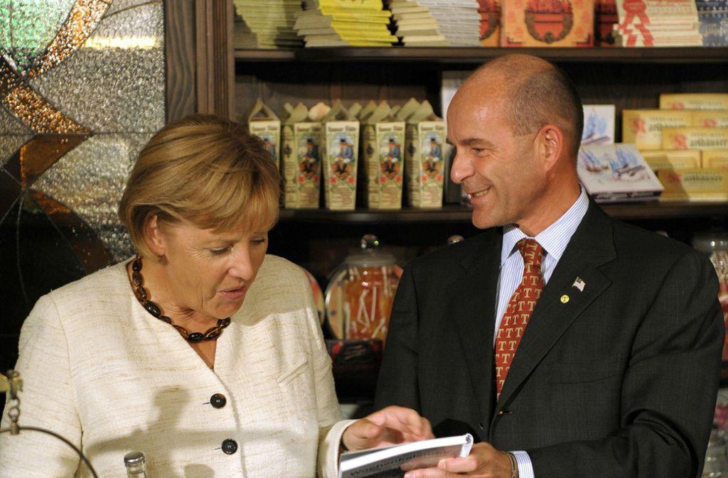 2009 ließ sich Bundeskanzlerin Angela Merkel von Karl-Erivan Haub durch das Tengelmann-Museum in Mülheim an der Ruhr führen. Foto: dpa