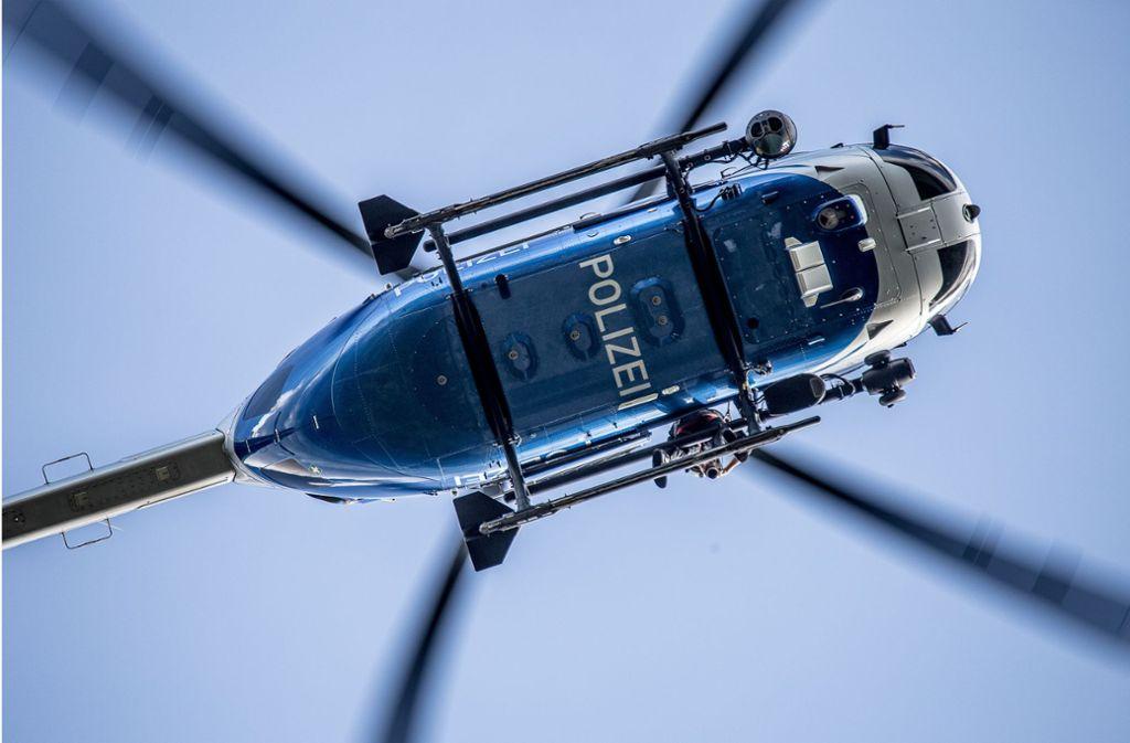 Mit einem Hubschrauber suchte die Polizei nach den Jugendlichen (Symbolbild). Foto: imago images//Markus Brandhuber