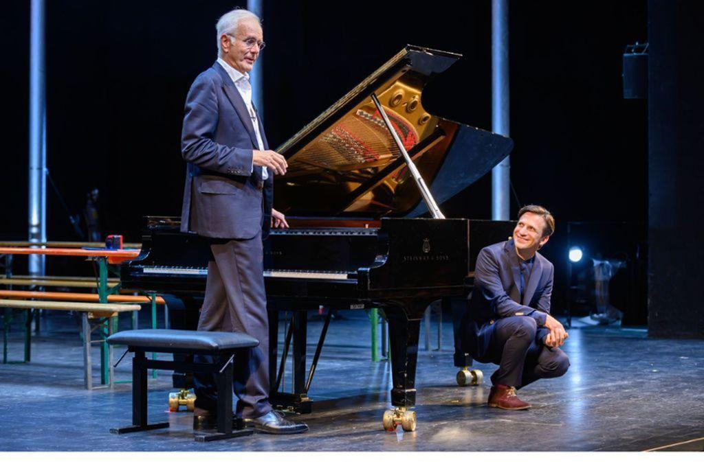 Harald Schmidt (links) mit Cornelius Meister, Generalmusikdirektor der Stuttgarter Oper. Foto: Björn Klein