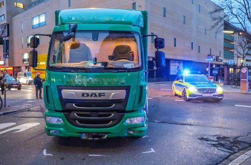 Fußgänger von Lastwagen eingeklemmt
