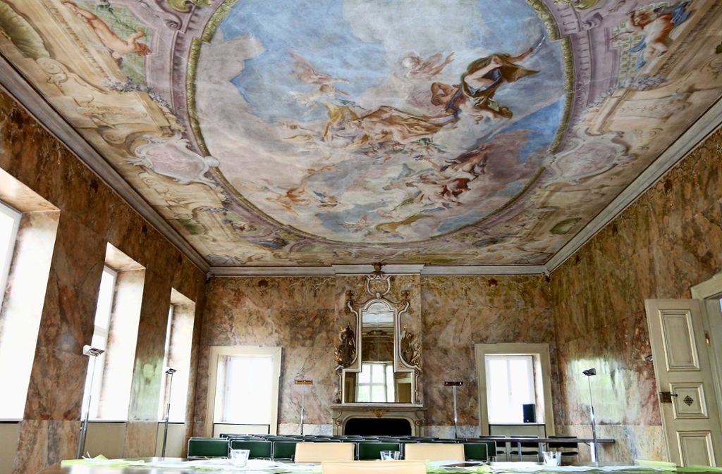 Der Schlosssaal im Rathaus ist für die Marmorwände und das große Deckengemälde bekannt. Foto: Gorr/Archiv