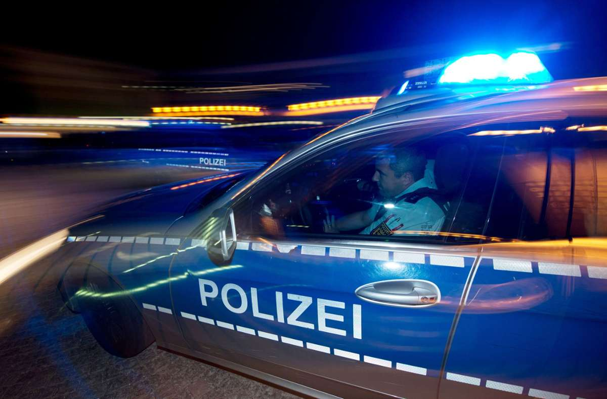 Als die Polizei den betrunkenen Mercedes-Fahrer auf der A81 findet, gibt er Gas und kracht auch in den Streifenwagen (Symbolbild). Foto: picture alliance / dpa/Patrick Seeger