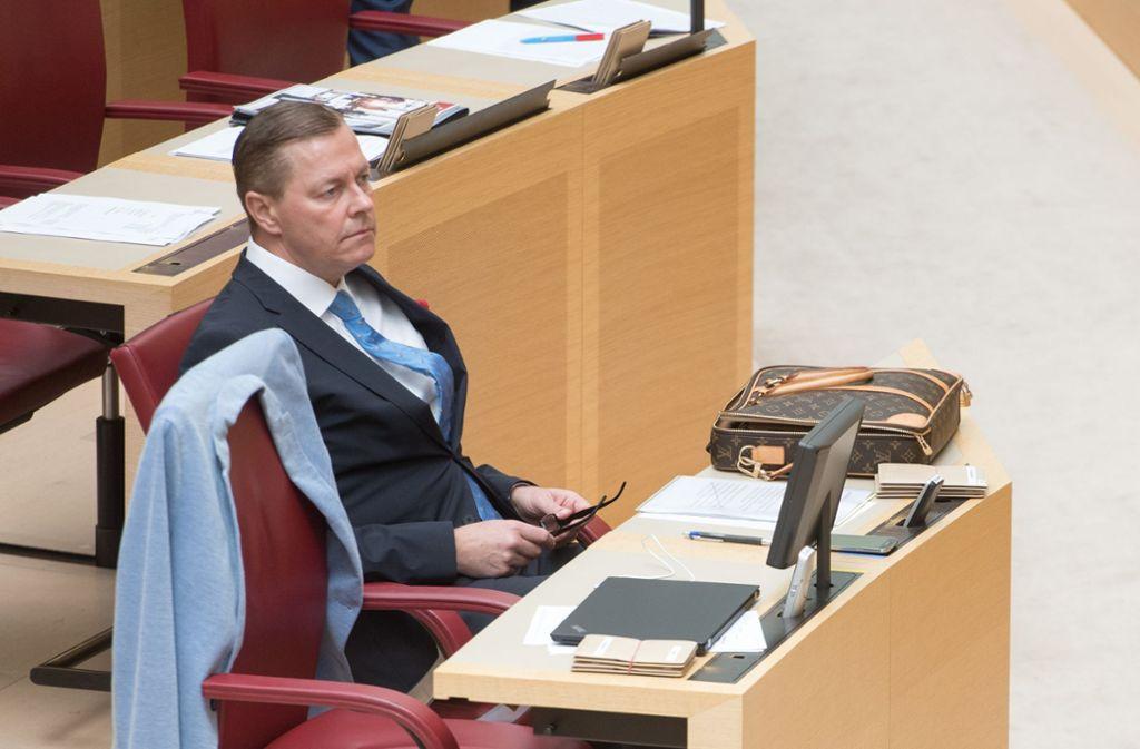 Der AfD-Abgeordnete Ralph Müller blieb während des Gedenkaktes sitzen. Foto: Tobias Hase/dpa