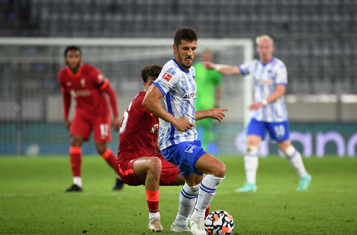 Liverpools Neco Williams (l.) und Berlins Stevan Jovetic kämpfen um den Ball. Foto: dpa/Sebastian Räppold