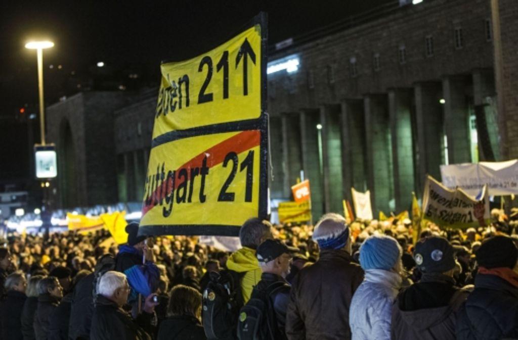 Woche für Woche protestieren die Stuttgart-21-Gegner bei der Montagsdemo – unser Bild entstand im November 2012. Foto: Achim Zweygarth