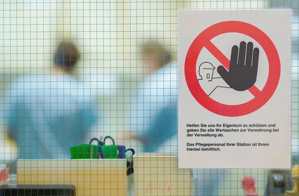 Ein Warnschild gegen mögliche Diebstähle hängt an der Glasscheibe eines Stationszimmers des Klinikums Masnnheim. In deutschen Krankenhäusern wird gestohlen, was nicht niet- und nagelfest ist. Die Langfinger nutzen die Anonymität und die Wehrlosigkeit von Patienten. Foto: dpa