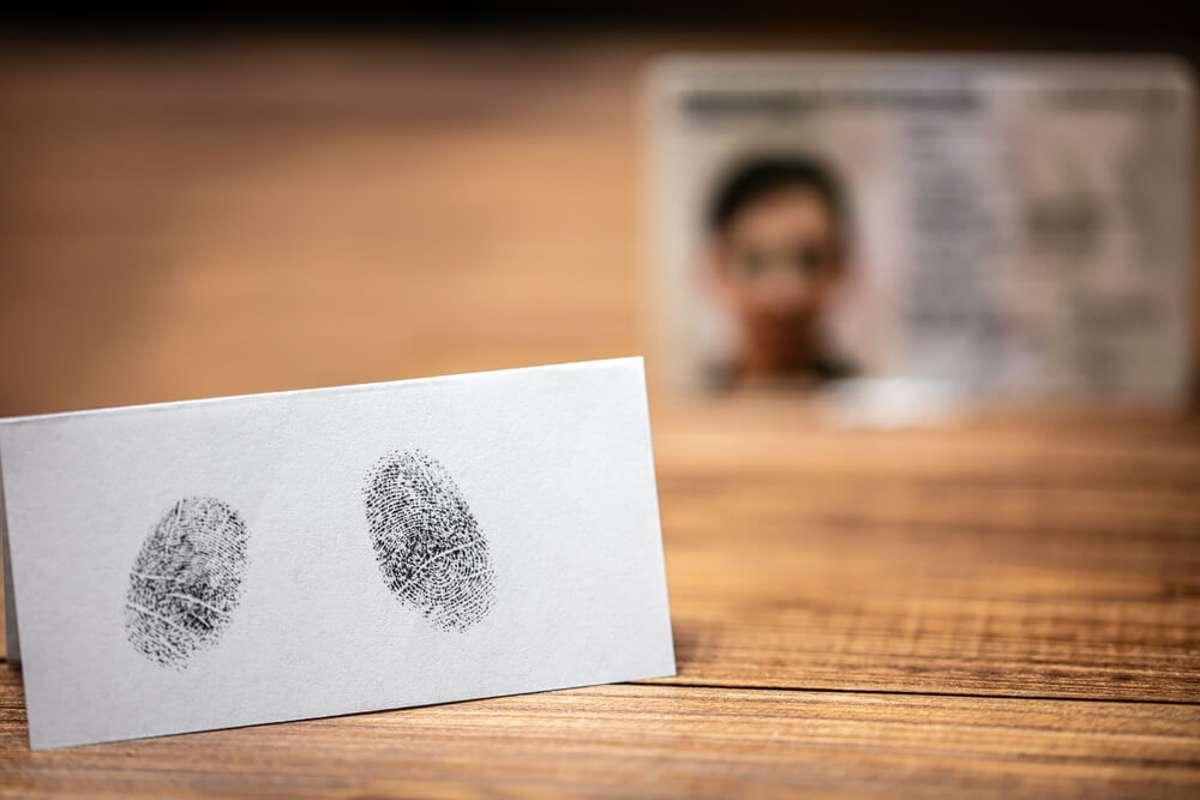 Muss man die Fingerabdrücke abgeben? Foto: Miriam Doerr Martin Frommherz / shutterstock.com