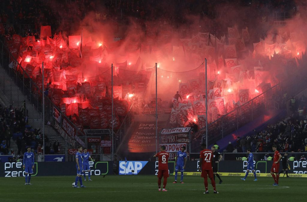 Fans des FC Bayern sorgten beim Spiel in Hoffenheim beinahe für einen Spielabbruch. Foto: AP/Michael Probst