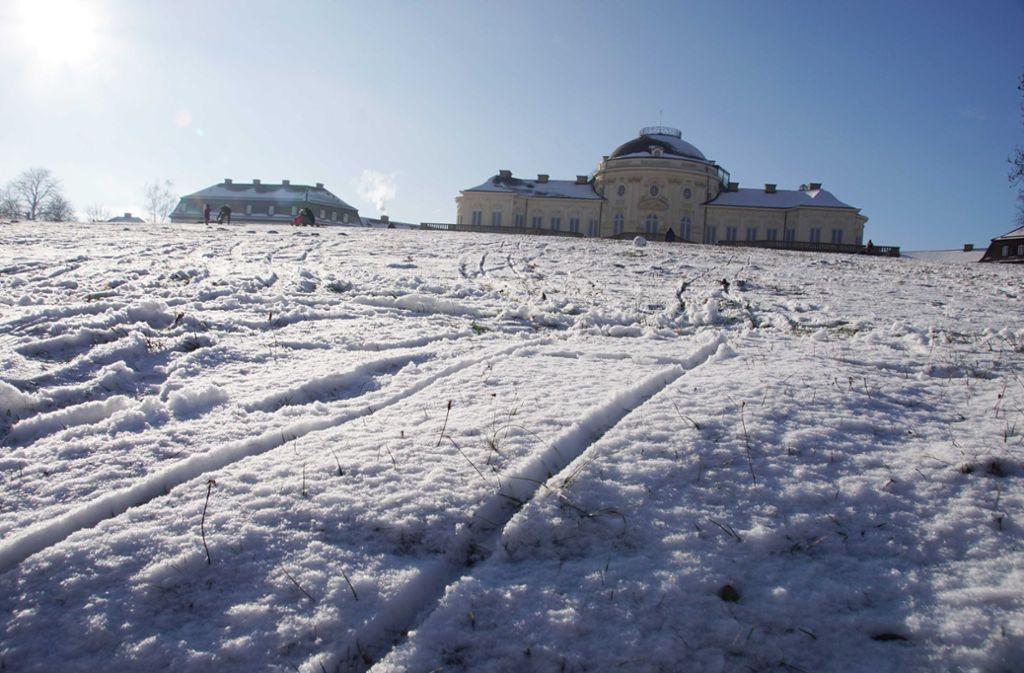 Das Schloss Solitude mit Schneehäubchen und unter einem blauen Himmel – schöner kann der Winter in Stuttgart kaum sein. Foto: Andreas Rosar Fotoagentur-Stuttg