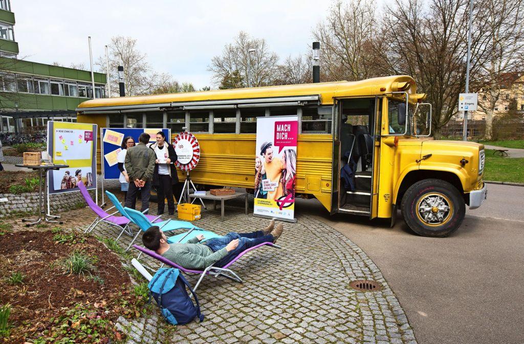 Information, Entspannung , Unterhaltung – der Aktionsbus hat es in sich. Foto: Horst Rudel