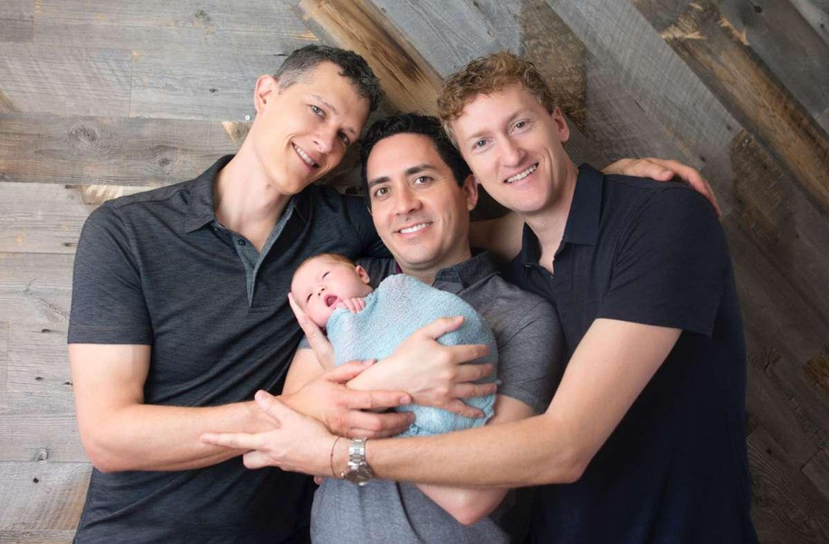 Von linke: Ian Jenkins, Alan Mayfield und Jeremy Hodges mit Baby Piper Foto: dpa/Sweet Me Photography