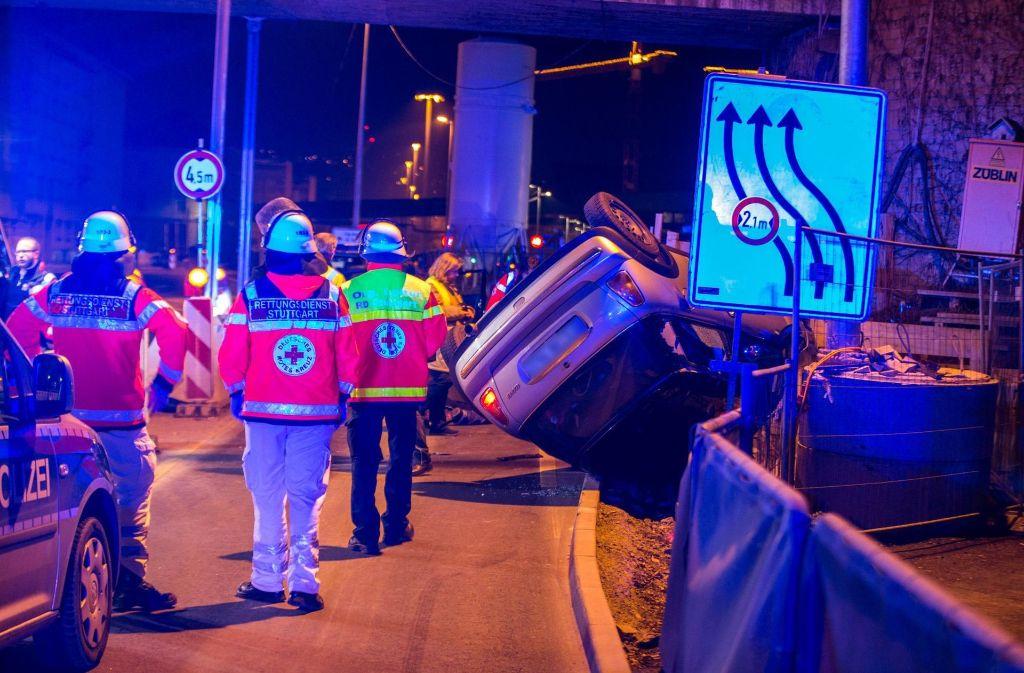 Durch die Wucht landet das Auto des Unfallverursachers auf de Dach. Foto: 7aktuell.de/Simon Adomat
