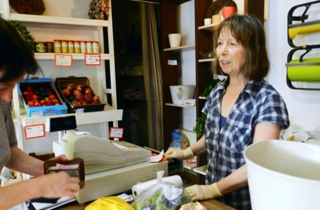 Ingrid Stähle hat neben Blumen nicht nur Obst und Gemüse für ihre Kunden parat, sondern auch gute Ratschläge – und immer Geduld für ein Gespräch. Foto: Schwieder