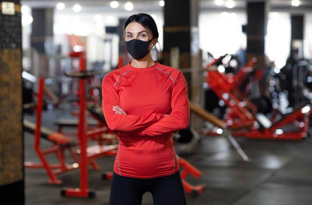 Erfahren Sie, wie das Training mit Mundschutz im Fitnessstudio am besten klappt und worauf Sie achten sollten. Foto: Oleksandr Zamuruiev / Shutterstock.com