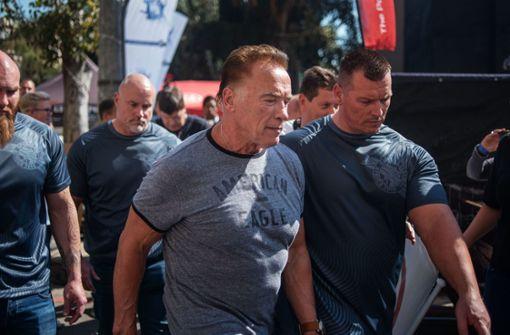 Mann tritt Arnold Schwarzenegger in den Rücken