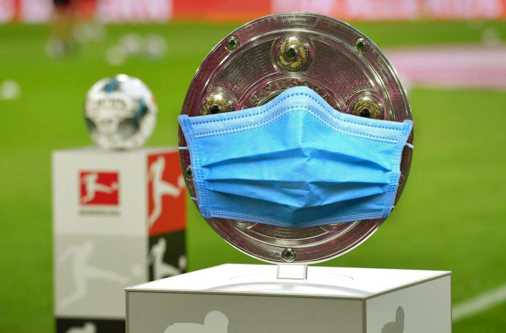 Maskenball: In der Bundesliga rollt bald der Ball,  am Ende soll die Schale vergeben werden. Foto: imago/Sven Simon