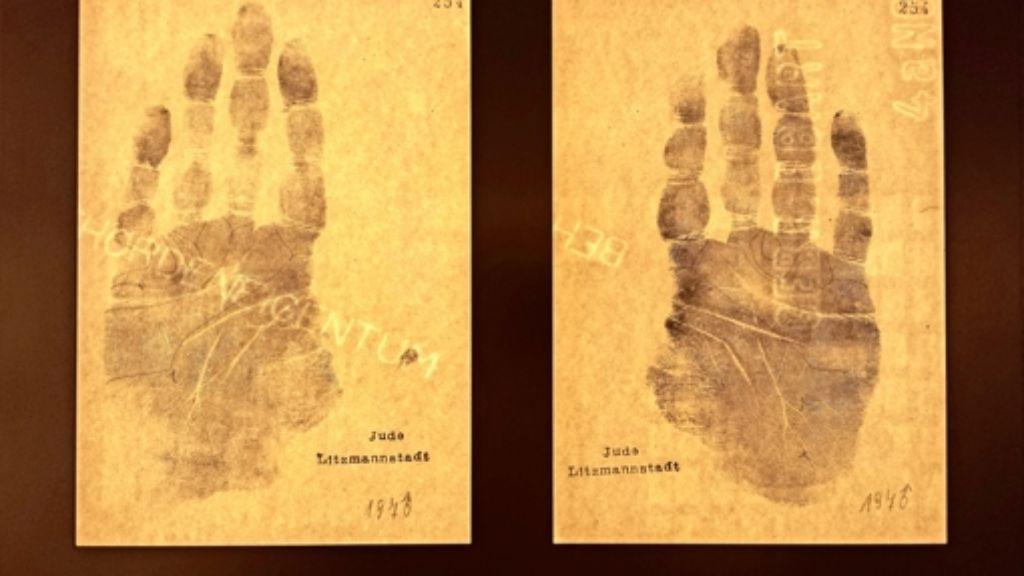 """Zwei von rund 600 Handabdrücken, die  in einem  abgedunkelten Raum   im Tübinger Schloss gezeigt werden.   Der Historiker Hans-Joachim Lang spricht von """"sehr intimen Dokumenten von  Personen, die Opfer einer  verbrecherischen Politik geworden sind"""". Foto: Petersen"""