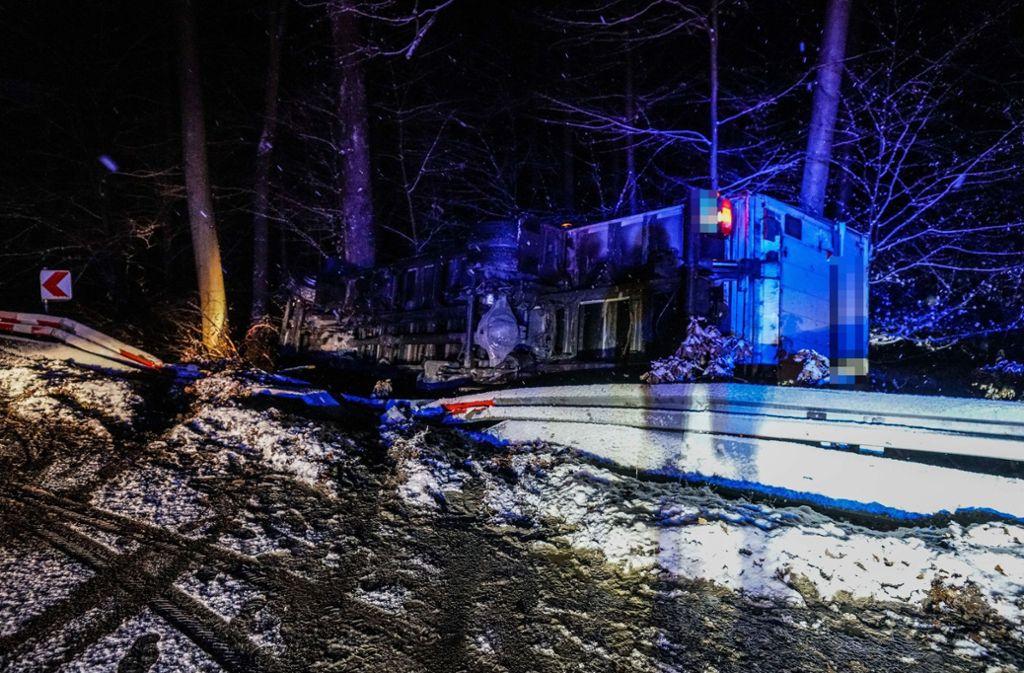 Der Zwölftonner ist von der Straße gerutscht und umgekippt. Foto: SDMG