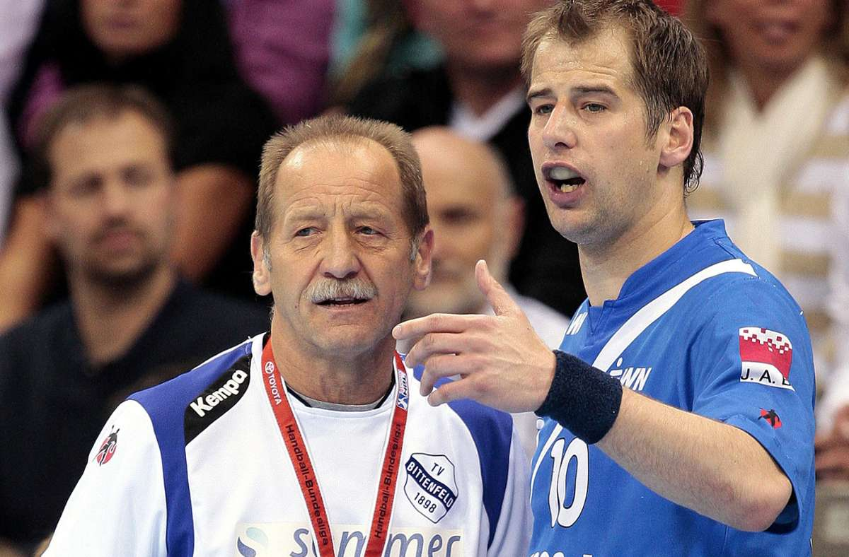 Günter und Jürgen Schweikardt (re.) bei einem Spiel des TV Bittenfeld  im Jahr 2010: Der Austausch zwischen Vater und Sohn   ist auch in veränderten Rollen beim TVB Stuttgart  immer noch intensiv. Foto: Baumann