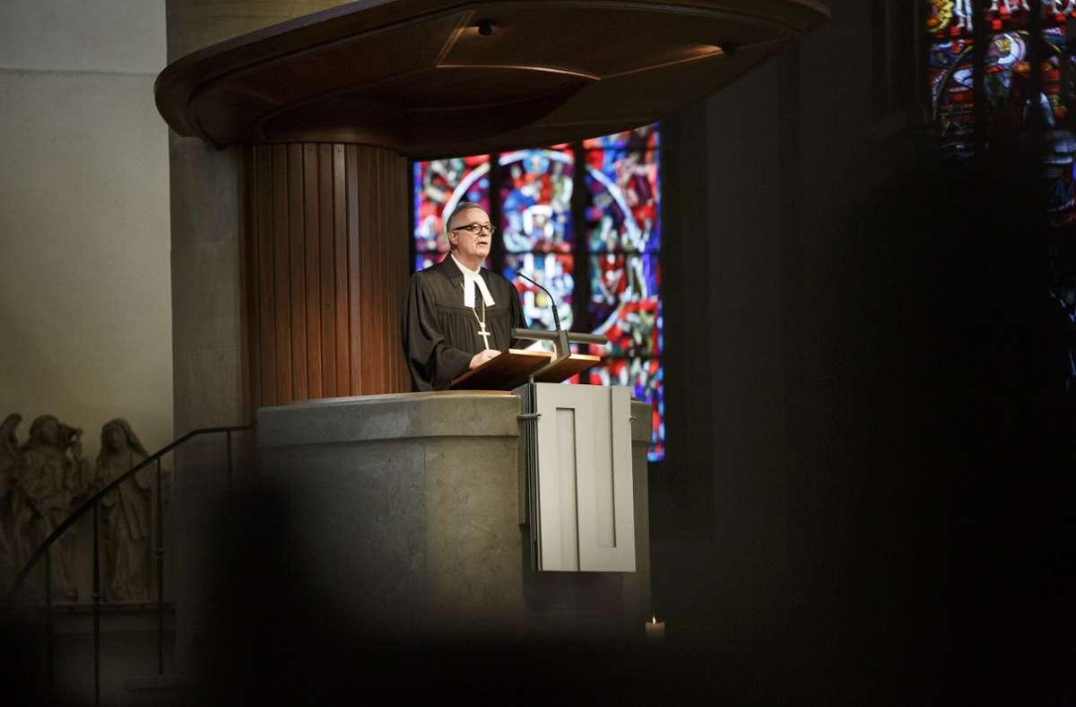 Landesbischof Frank Otfried July predigt in der Stuttgarter Stiftskirche. Foto: Lichtgut/Julian Rettig