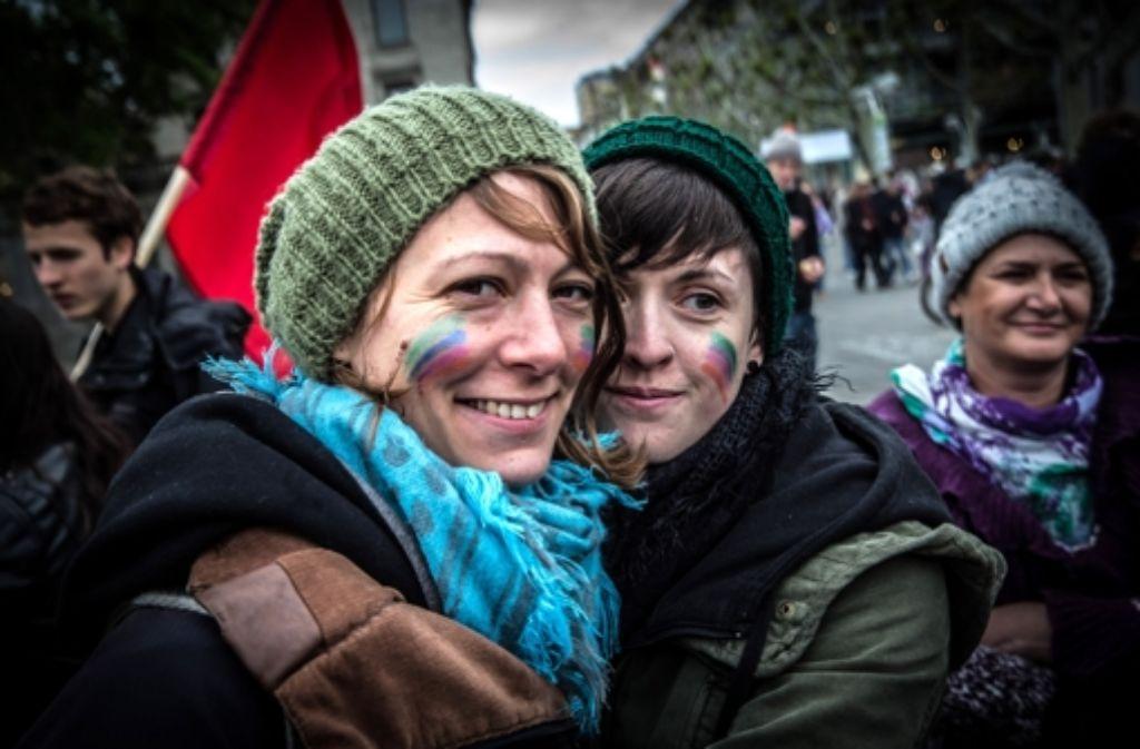 Vor allem  Jugendliche haben sich auf dem Schlossplatz in Stuttgart versammelt. In der Bildergalerie zeigen wir einige Eindrücke von der Kundgebung. Foto: Achim Zweygarth