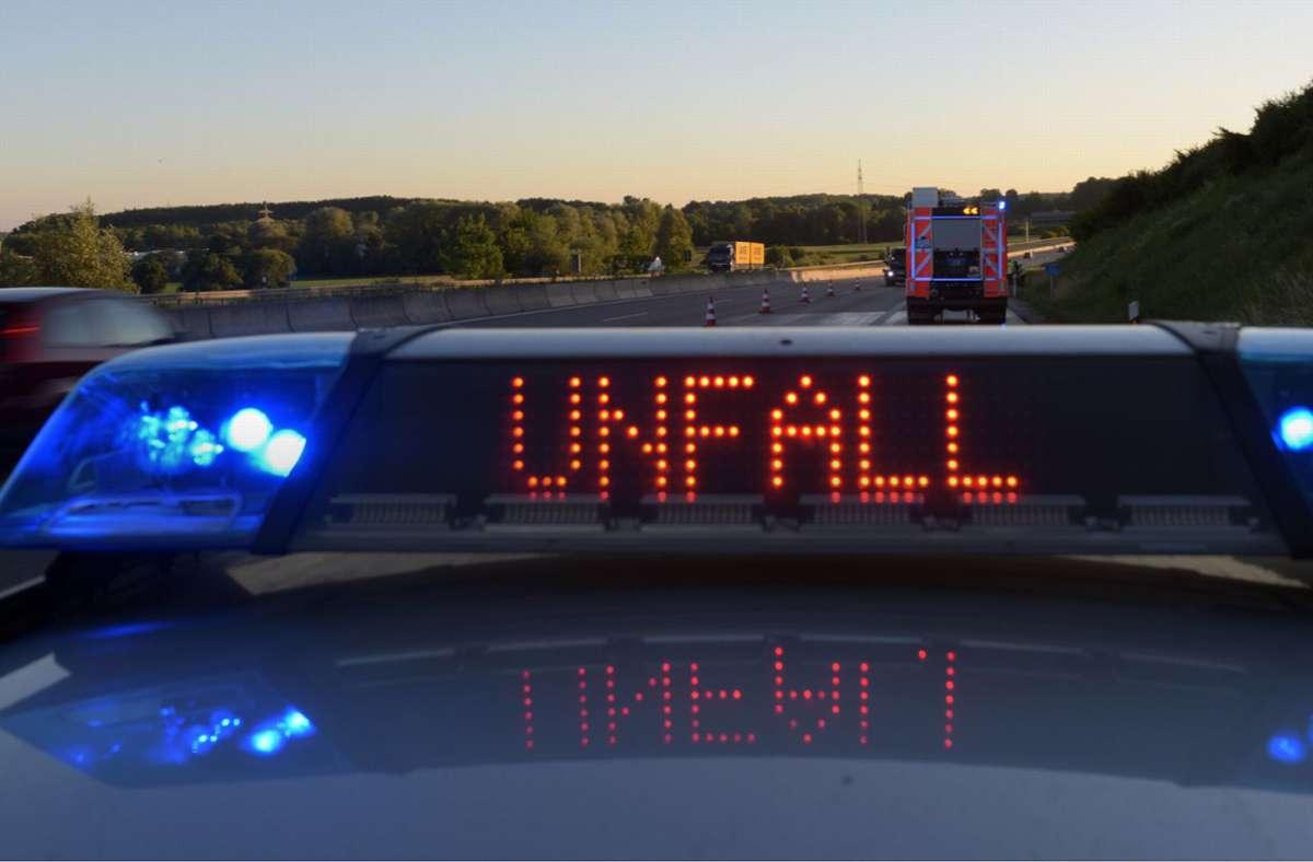 Bei dem Unfall auf der A81 Richtung Stuttgart wird ein Motorradfahrer schwer verletzt. (Symbolbild) Foto: dpa/Stefan Puchner