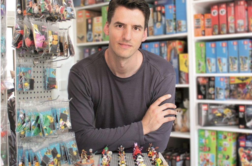 Youtuber Thomas Panke in seinem Laden, in dem er unter anderem Lego-Produkte verkauft. Er wurde für sein Logo nun von Lego abgemahnt- Foto: Thomas Panke