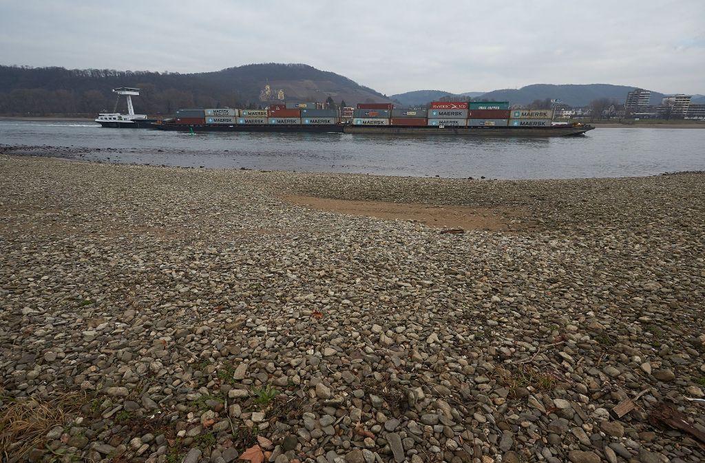 Ein Containerschiff passiert eine Sandbank am Rhein bei Bad Breisig in Rheinland-Pfalz. Der niedrige Wasserstand am Mittelrhein macht der Schifffahrt zunehmend zu schaffen. Foto: dpa