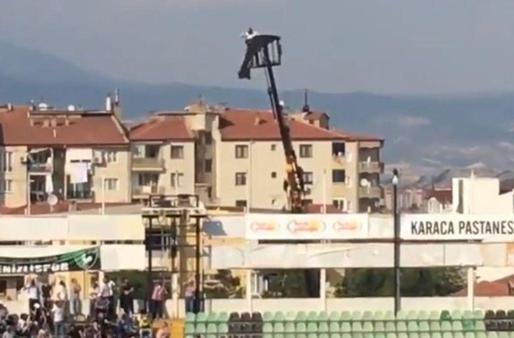 In luftiger Höhe verfolgte der Fan das Spiel seines Vereins Denizlispor. Foto: Screenshot Twitter/@FarukDogaan