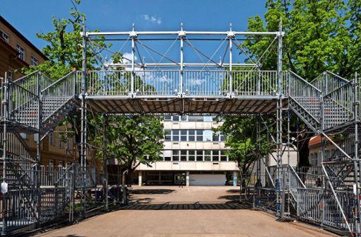 Heikle Arbeit:      Betonbau am Campus wird demontiert