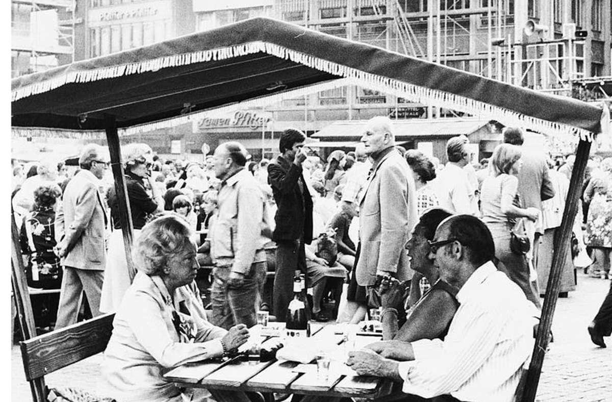 Beim ersten Weindorf  1976 in Stuttgart  gab es noch keine Holzlauben. Foto: Uli/Kraufmann