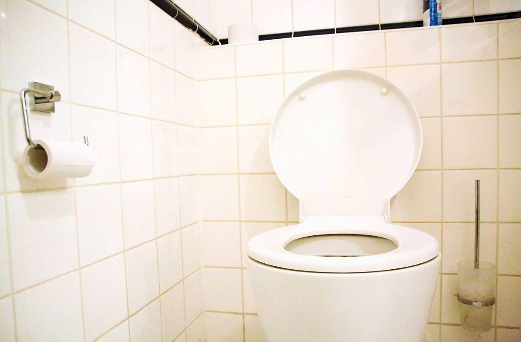 Feuchttücher, Wattestäbchen, Essensreste oder Kondome landen immer wieder in der Toilette – und sorgen dann für Probleme. Was darf man ins Klo werfen – und was auf keinen Fall? Mehr in der Bildergalerie. Foto: dpa/Philipp Brandstädter