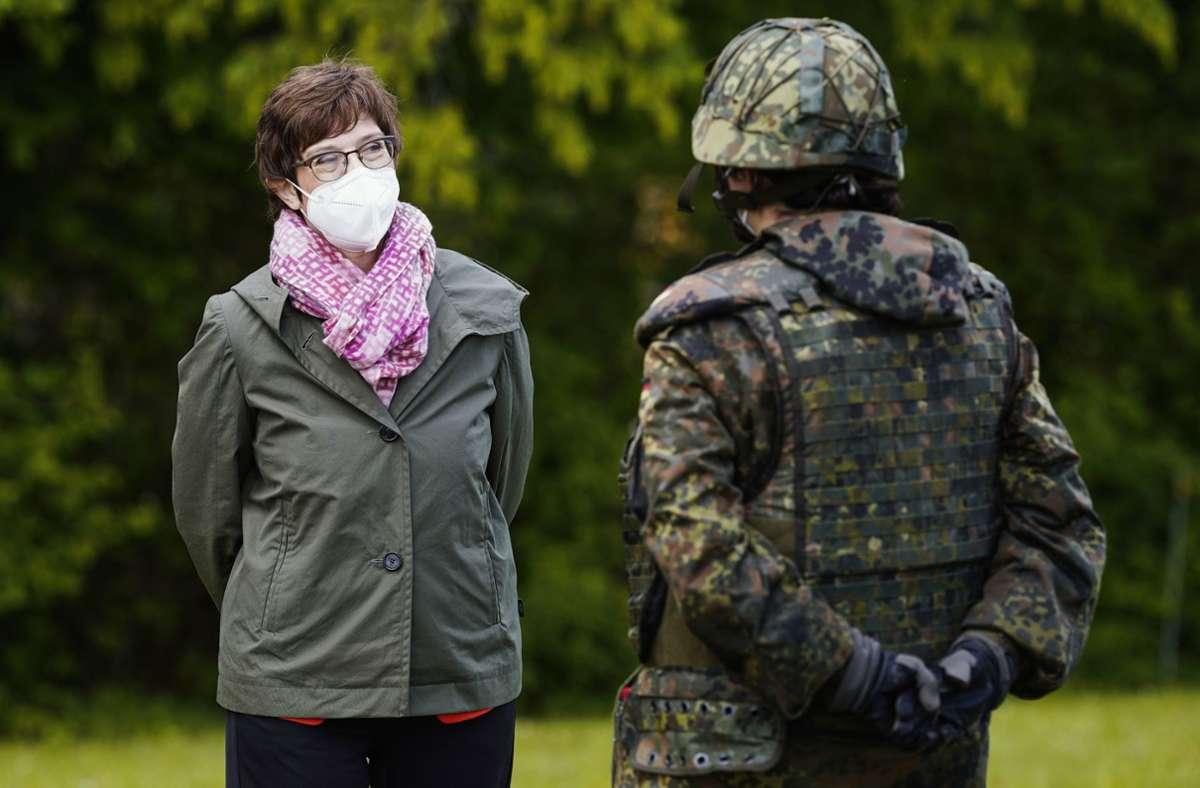 Verteidigungsministerin Annegret Kramp-Karrenbauer bei einem Truppenbesuch in Bruchsal. Foto: dpa/Uwe Anspach