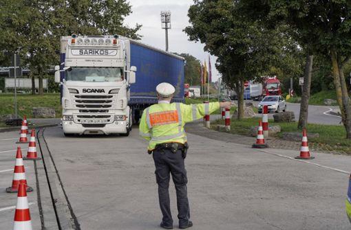 Polizei  stoppt zu dicht auffahrende Brummifahrer