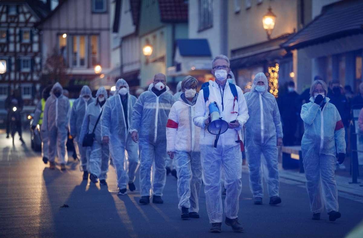 Die Demonstranten zogen im Blaulichtschein durch die schwäbische Kleinstadt. Foto: Gottfried Stoppel