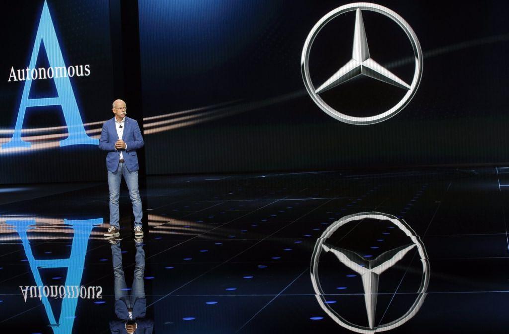 Daimlerchef Dieter Zetsche hat auf dem Autosalon in Paris die neue Elektro-Offensive des Konzerns angekündigt. Foto: AP