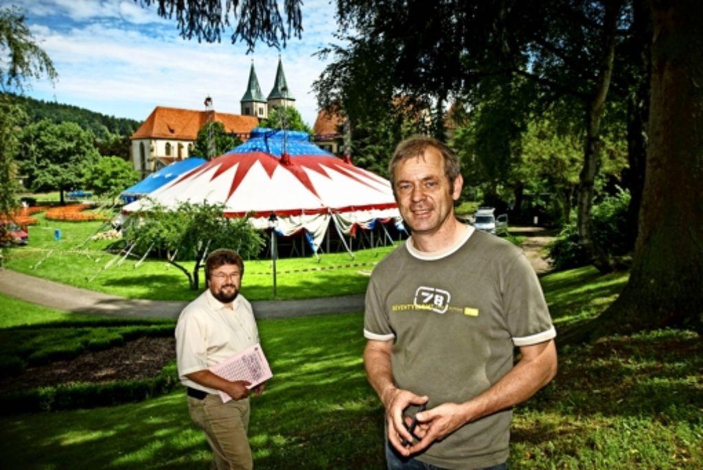 Uwe Matti (links) von der Murrhardter Stadtverwaltung und Hardy Wieland haben den Sommerpalast im Stadtpark  erfunden. Foto: Stollberg/Archiv