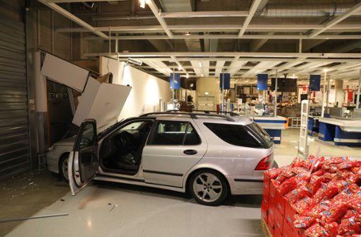 24-Jährige kracht mit Auto in Ikea-Filiale