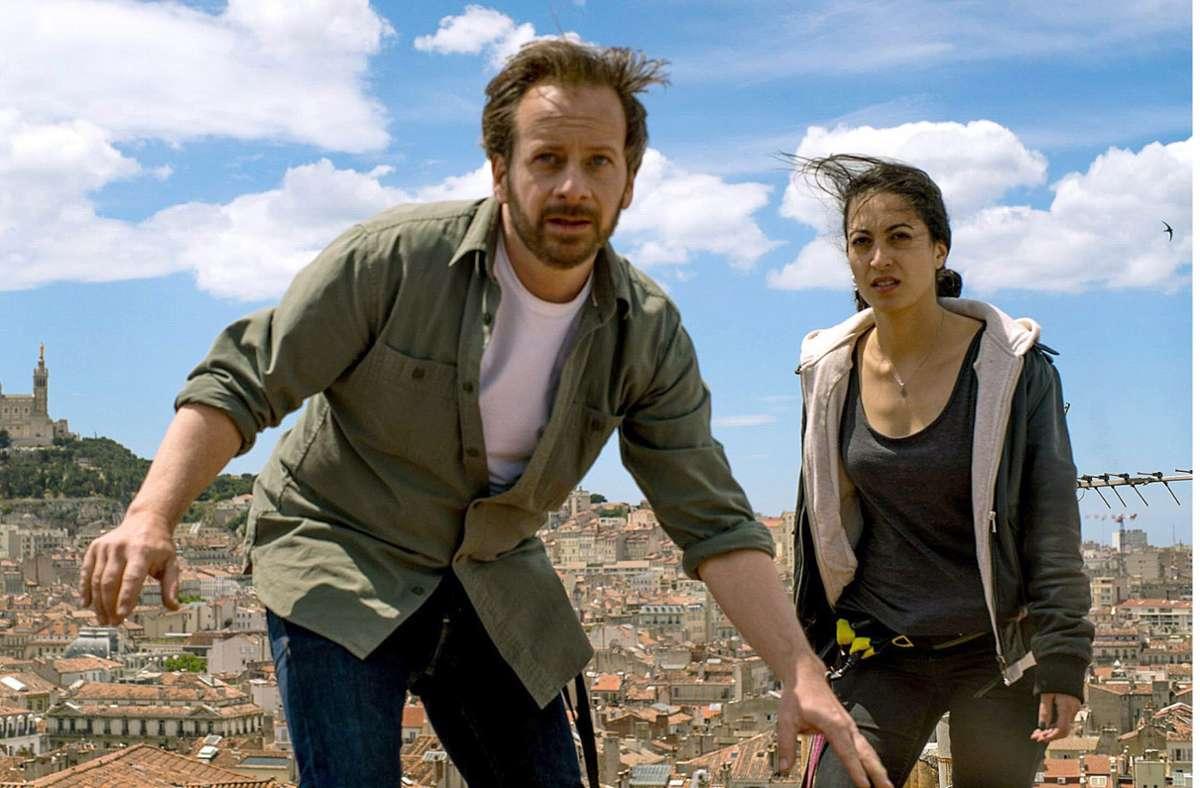 Bruno (Fabian Busch) und Aliya (Sabrina Amali) fliehen über die Dächer von Marseille. Foto: ARD Degeto/Roland Suso Richter