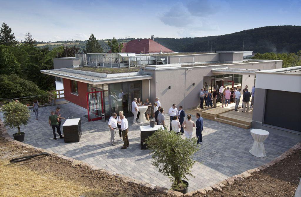 Auf der neuen Terrasse der umgebauten Kelter lässt sich der edle Rebensaft  am besten verkosten. Foto: Horst Rudel
