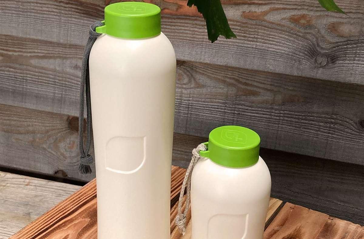 So werden die plastikfreien Trinkflaschen in zwei Größen aussehen, hergestellt aus Zuckerrohr und Mineralien. Foto: privat/ajaa