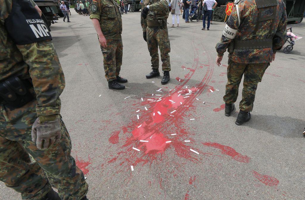 In Pfullendorf warfen einige Demonstranten Farbbeutel beim Tag der Bundeswehr. Foto: dpa